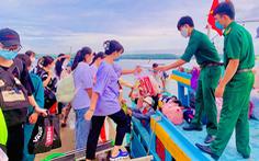 34 thí sinh xã đảo Thạnh An vào bờ sớm để kịp đi thi