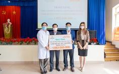 Tập đoàn Hưng Thịnh trao 2.000 bộ kit xét nghiệm COVID-19