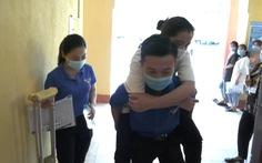 Nữ sinh bị thương ở chân, được thanh niên tình nguyện đưa đón đi thi mỗi ngày