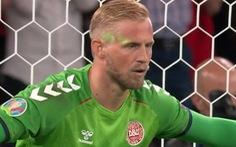 Thủ môn tuyển Đan Mạch bị chiếu tia laser vào mặt khi bắt phạt đền