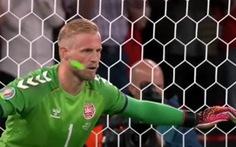 UEFA điều tra vụ thủ môn Schmeichel bị chiếu tia laser