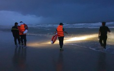 Tắm biển ở bãi đầy sóng lớn, 2 người chết, 1 người mất tích