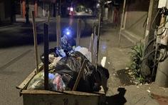 Lặng nghe tiếng chổi quét rác trong đêm giãn cách...