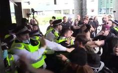 Người biểu tình ở Anh hô hào tấn công Đài BBC nhưng đến nhầm địa chỉ