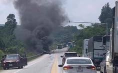 Phát hiện xác người cạnh ôtô đầu kéo cháy rụi trên cao tốc