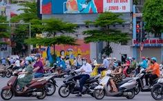 Đường phố Hà Nội tấp nập dù đang giãn cách theo chỉ thị 16
