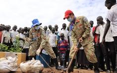 Chiến sĩ 'mũ nồi xanh' trồng cây xanh ở Nam Sudan