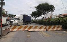 Dĩ An phải dỡ barie bêtông chắn quốc lộ 1 do xe ùn tắc kéo dài