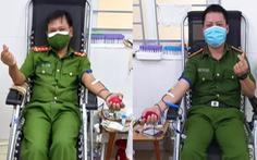 Ba chiến sĩ công an hiến máu cứu bé 6 tuổi bị đàn ong đốt