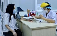 Những cụ già trên 100 tuổi đi tiêm vắc xin COVID-19