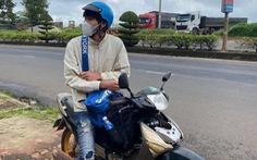 Ròng rã một tuần đi bộ về quê, nam công nhân được người dân tặng xe máy