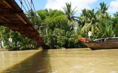 Cầu treo bị sà lan tông hư, người dân hai bên bờ gặp khó khăn