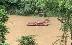 Hơn 600 trăm nhà tốc mái, 2 người chết và mất tích do lũ cuốn, lốc xoáy