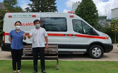Việt Hương chính thức bàn giao xe cứu thương cho ông Đoàn Ngọc Hải