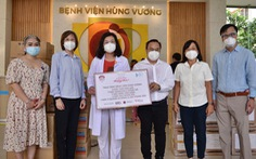 Cùng Tuổi Trẻ chống dịch trao gói thiết bị y tế hơn 5,5 tỉ đồng cho Bệnh viện Hùng Vương