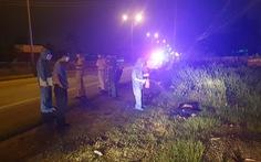 Khiêng người tử vong do tai nạn vô lề đường rồi lấy luôn xe máy