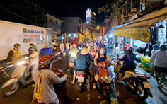Người dân họp chợ tự phát từ 3 giờ sáng đông đúc ở TP.HCM
