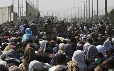 Taliban thiết lập trật tự quanh sân bay Kabul, hàng dài người xếp hàng chờ đợi