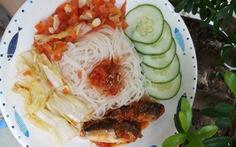 Cá nục hộp xốt cà ăn kèm bún: Những nguyên liệu của yêu thương mùa dịch