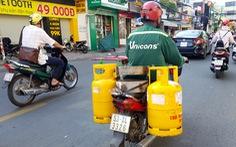 Xe tải chở gas bị chặn, người giao gas bị xử phạt trong khi dân hối mua gas