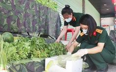 Bộ đội chia rau, củ 'gian hàng 0 đồng' phát cho bà con khó khăn ở Vinh