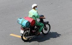 Người dân vẫn 'tắc' nhận gas do người giao gas thiếu giấy đi đường