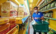 Cán bộ phường, tình nguyện viên cùng đi chợ hộ, mang thực phẩm đến tận nhà dân