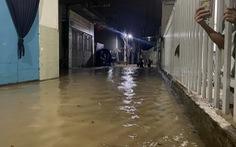 Biên Hòa: nước ùn ùn tràn vào nhà dân, nhiều tuyến đường ngập sâu