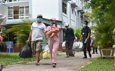 Bình Thạnh 'di tản' 2.000 người ở khu trọ lụp xụp đến chung cư tránh dịch