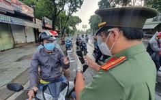 Người đi đường TP.HCM khai báo 'di chuyển nội địa' trở lại