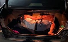 Không có giấy xét nghiệm COVID-19, thanh niên chui vào cốp xe né chốt kiểm soát