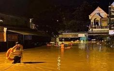 Bình Phước mưa lớn xuyên đêm gây ngập 2m, người dân leo lên gác gọi điện cầu cứu