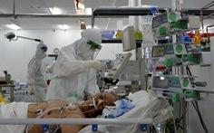 Robot vận chuyển thuốc, thực phẩm, nói chuyện với bệnh nhân ở bệnh viện dã chiến