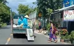 Ý kiến trái chiều clip xe tải vừa chạy vừa 'xả' rau, củ từ thiện cho bà con