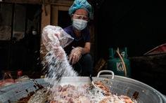 U70 đỏ lửa mỗi ngày nấu cơm trưa giúp người khó khăn