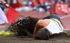 """Chia tay Olympic Tokyo sau cú nhảy xa """"tiếp đất"""" bằng đầu rợn người"""