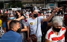 Chen lấn tại các điểm tiêm chủng Philippines trước giờ phong tỏa