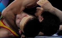 Bị đè ngửa, đô vật Kazakhstan cắn đối thủ gây sốc