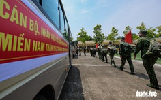 Hình ảnh 100 y bác sĩ, học viên quân y lên đường vào miền Nam chống dịch