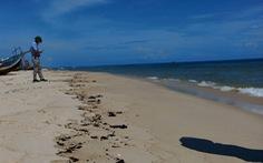Vết dầu loang dài 5km xuất hiện dọc bờ biển Quảng Bình
