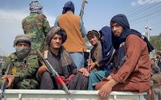 Taliban hộ tống công dân Mỹ tới sân bay