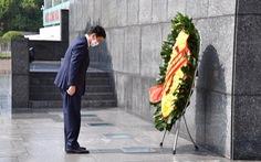 Bộ trưởng Quốc phòng Nhật Bản đặt vòng hoa tại Lăng Chủ tịch Hồ Chí Minh