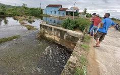 Nước đen ngòm chảy xuống ruộng, dân bức xúc kéo tới khu xử lý rác