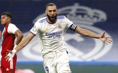 Benzema lập hat-trick giúp Real ngược dòng ngoạn mục và lên đầu bảng