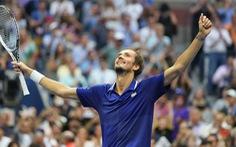 Thua 'trắng' Medvedev, Djokovic chưa thể vượt mặt Federer và Nadal