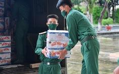Bộ tư lệnh TP.HCM tặng quà giúp Kiên Giang chống dịch