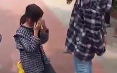 Nữ sinh lớp 7 bị một thanh niên tát, bắt quỳ gối xin lỗi nữ sinh khác ngay sân trường
