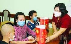 Đoàn đại biểu Quốc hội TP.HCM tặng quà trung thu cho các bệnh nhi