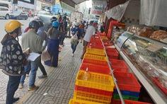 Người dân TP.HCM xếp hàng chờ cả tiếng đồng hồ để được mua bánh trung thu