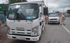 Dán logo xe 'vận chuyển từ thiện' chở người trái phép qua chốt kiểm dịch